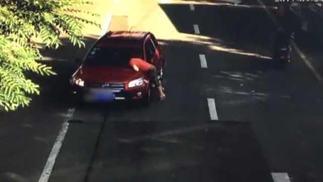 女店员追玉石,趴盗贼车盖被拖300米
