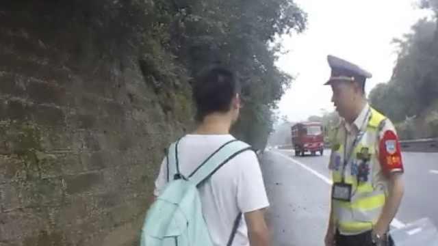 小伙高速徒步,想爬货车去重庆打工