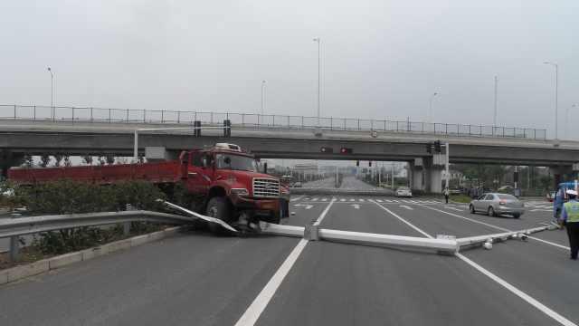 雨天货车失控,信号灯监控杆被撞倒