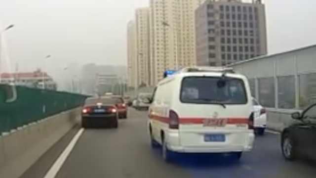 救护车遇堵车,沿途车辆为生命让行