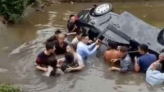 小车载1家5口坠河,11村民奋勇救人