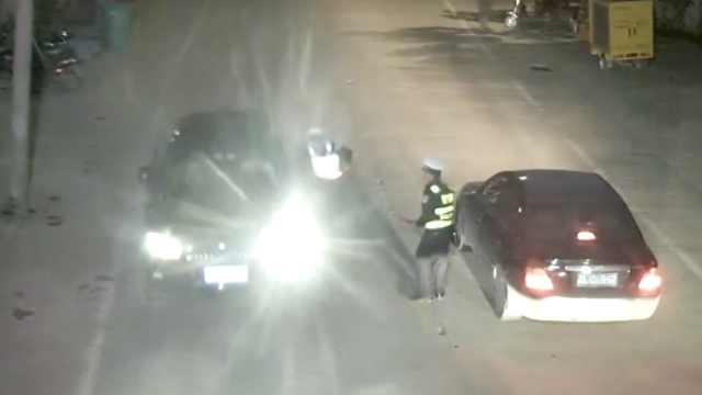奥迪男酒驾冲卡,拖行交警撞上轿车