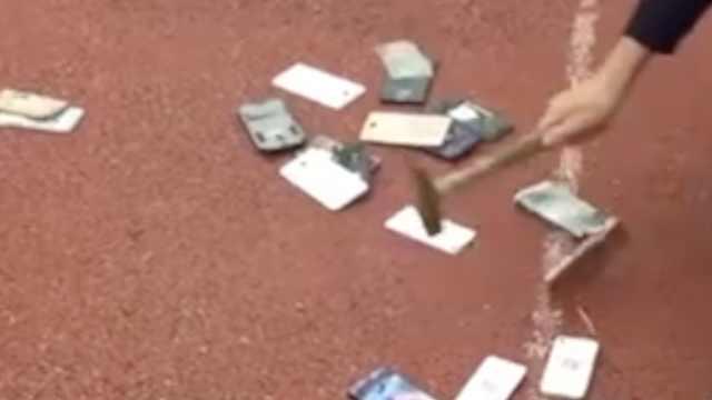 浇水锤砸,一中学销毁学生手机