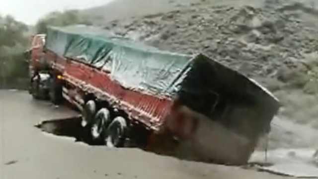 路面坍塌现6米大坑,卡车