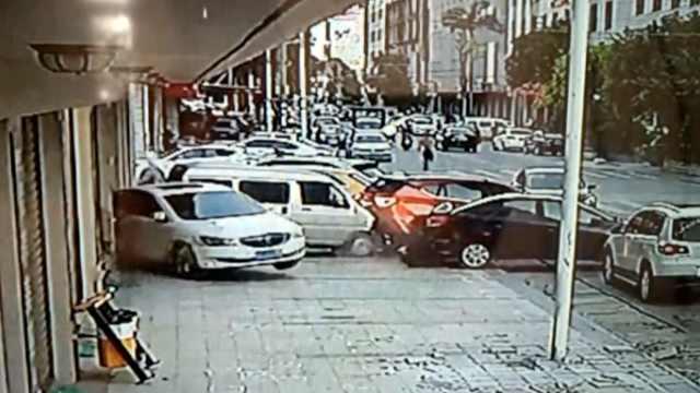 女司机油门当刹车,倒开SUV连撞3车