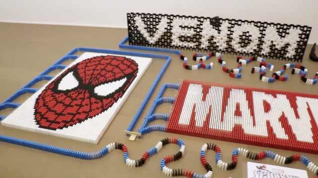 1万块多米诺拼出的蜘蛛侠,倒了!