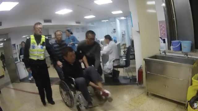 交警警车开道,护送断脚伤员就医