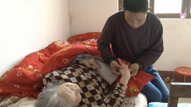 4旬孝子照顾瘫痪母亲30年,至今未娶