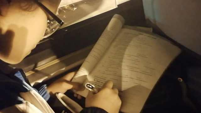励志!初3女生公交上借灯光写作业