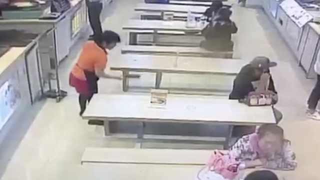 女服务员捡走钱包,拒还失主被开除
