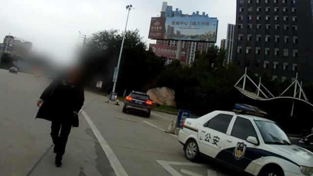 他驾证暂扣上路被查,两次行贿被拒
