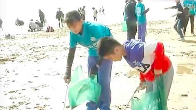 环保从小抓起!初中学生浴场捡垃圾