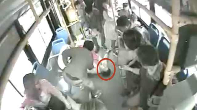 """乘客晕倒,公交车变身""""救护车"""""""