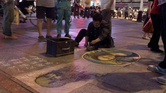 粉笔画蒙娜丽莎,他蹲着画了近4小时