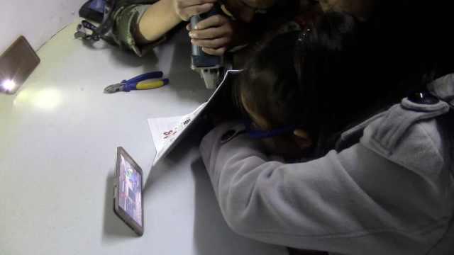 女童手指被卡,救援时动画片立了功