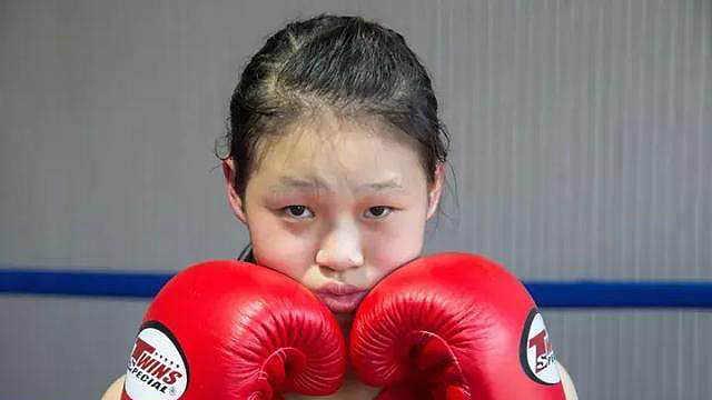 直播:要夺冠!90斤少女一拳撂倒大汉