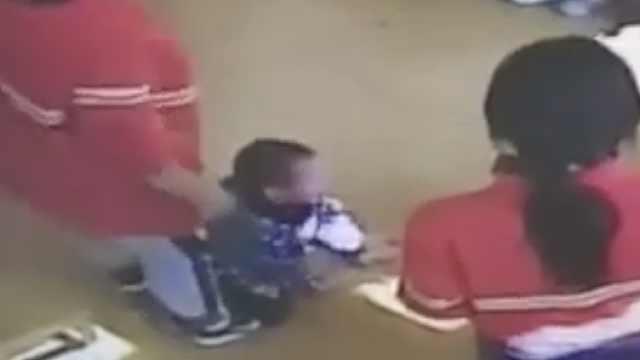 3岁幼儿遭老师推打,家长怒曝监控