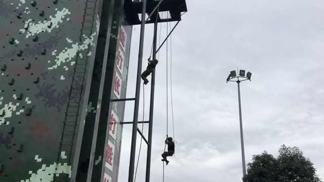 武警负重30斤爬15米软绳,20秒登顶