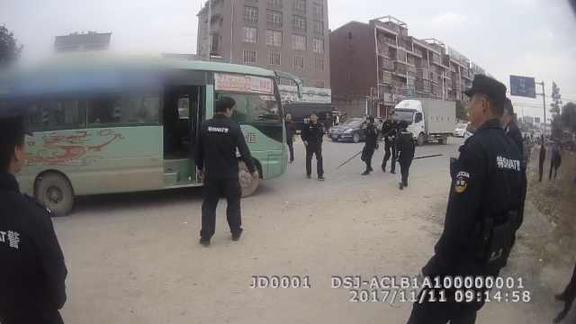 7人遭持刀挟持,民警换人质制服歹徒