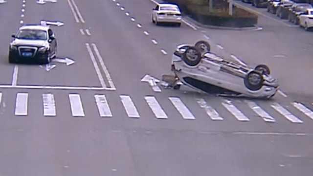 两车路口碰撞,轿车180°翻转底朝天