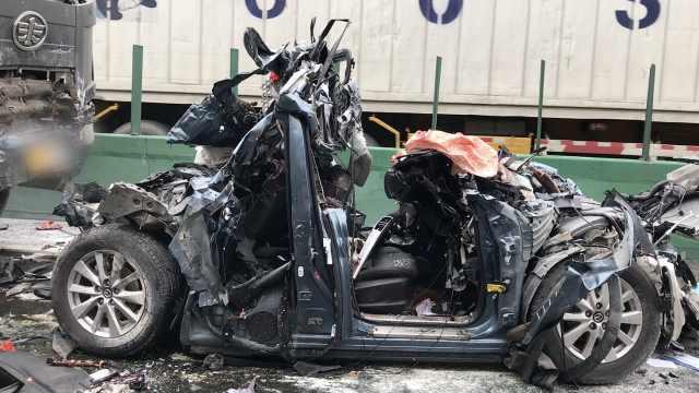 轿车追尾大货车致多车相撞,4死9伤