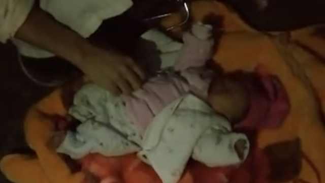 心疼!深秋寒夜,刚出生女婴被弃街头