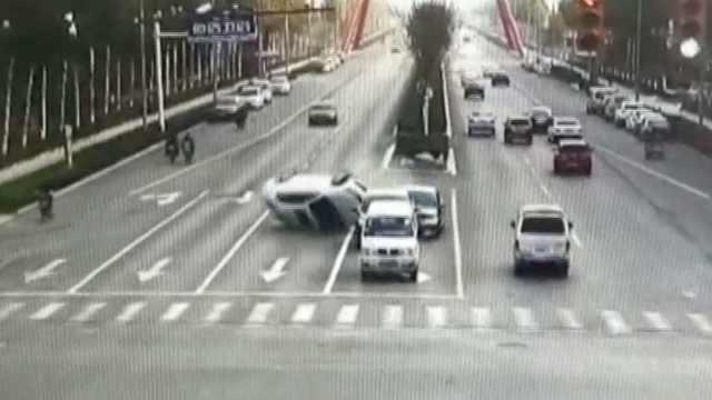 他错把油门当刹车,连撞2车旋转270°