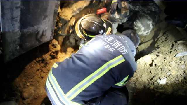 遇塌方,工人被埋仅露头,消防徒手挖