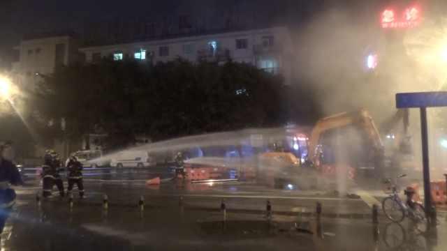 天然气管道被挖破,气浪喷出6米高