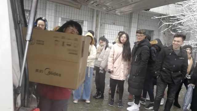 师生雪中取包裹,快递哥直呼:天太冷
