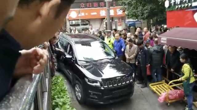女新手开车被卡路边,众人帮忙推走