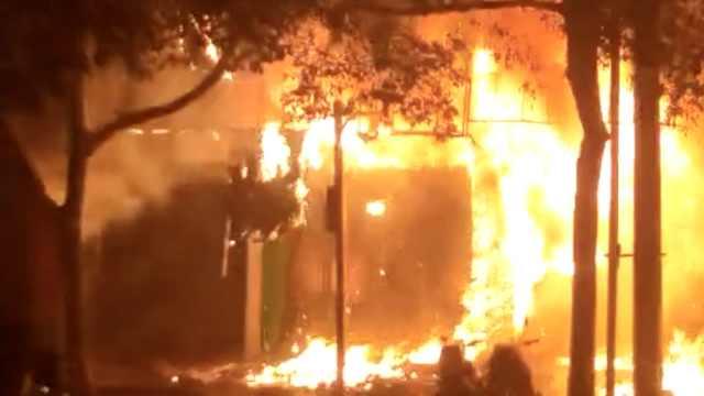 电动车店燃起大火,隔壁拉面馆遭殃