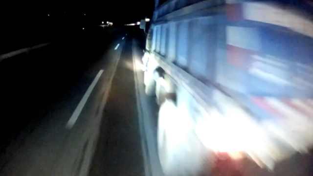 货车刹车失灵匝道急停,遭后车追尾