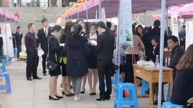 高校秋招会,女大学生目标月薪多少?