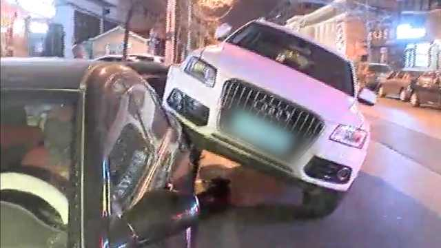 奥迪为躲行人,路边骑上2车再撞1车
