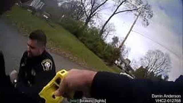最怕猪队友!美国警察开枪电晕同事