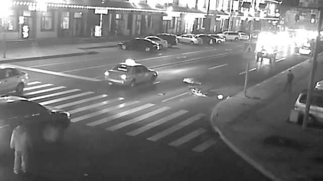 女子骑车过马路,遭疾驰出租车撞飞