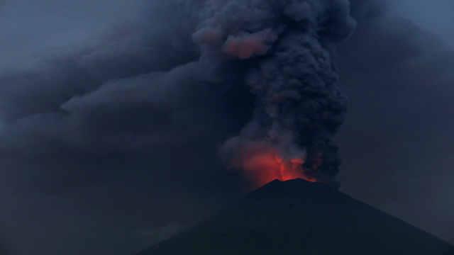 巴厘岛阿贡火山喷发天上下起泥巴雨