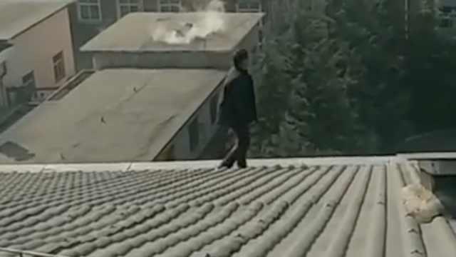 他嫌工伤赔偿低,爬工厂楼顶欲跳下