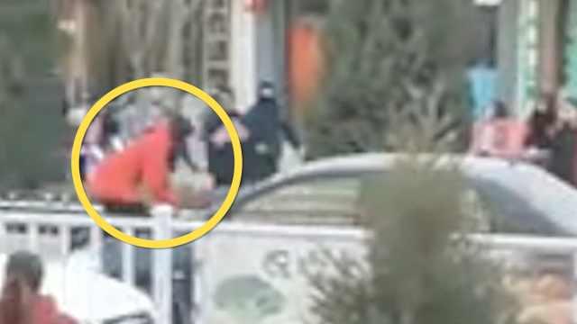 疑感情纠纷,女子拦车被顶车头拖行