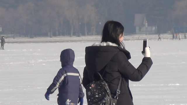 长春湖面结冰,南方女生跟妈聊视频