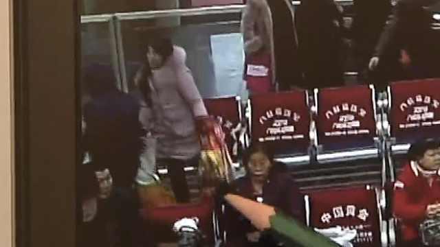 她把2袋鹅看得紧,5700现金遗落座椅