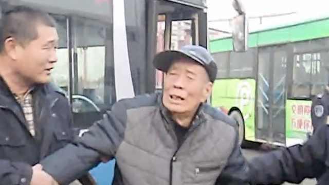 2老人坐公交同时迷路,大爷呜呜大哭