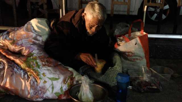 78岁老人露宿街头,自称常被儿女打
