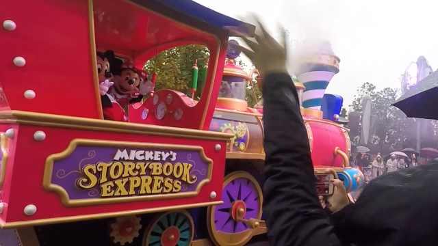 下雨天迪士尼花车巡游一样有趣