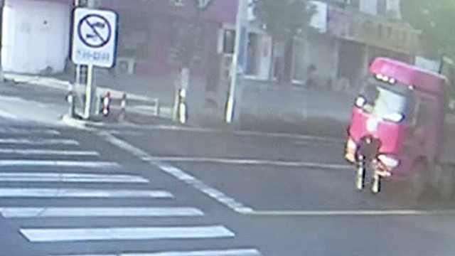 8旬老人推轮椅横穿马路,被卷货车底
