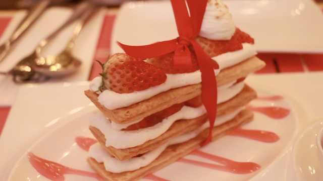这家草莓拿破仑,一看就少女心爆棚