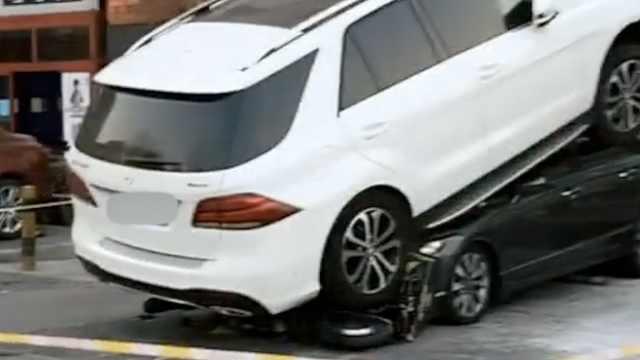 疑油门当刹车,SUV撞倒电瓶