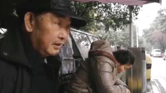 7旬夫带少妻摆摊卖水果,供女读书