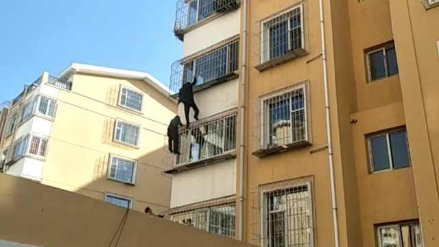 男童头卡护栏悬空,保安徒手爬窗救